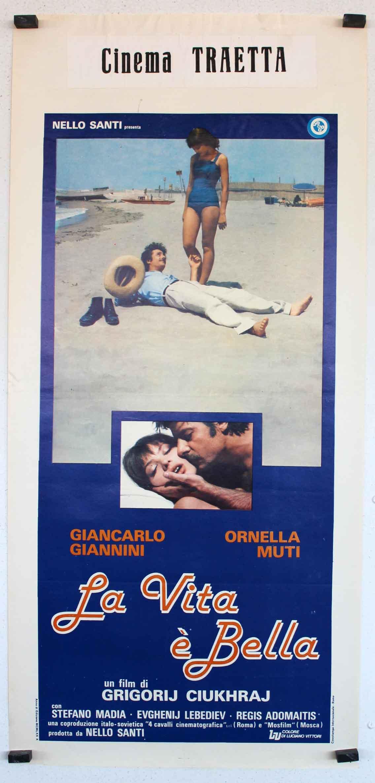 vita e bella Viața e frumoasă (italiană: la vita è bella) este o tragicomedie 1997 italiana dramă în regia lui roberto benigni benigni joacă guido orefice, un italian proprietar de magazin de carte evreiască, care trebuie să-si foloseasca imaginația pentru a proteja fiul său de ororile de internare intr-un lagar de concentrare nazist.